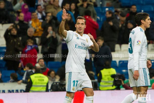 Lucas Vázquez señala a una de las gradas mientras celebra su gol I Foto: Daniel Nieto (VAVEL)