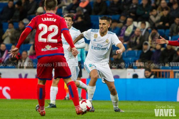 Dani Ceballos con el balón ante jugadores rivales I Foto: Daniel Nieto (VAVEL)
