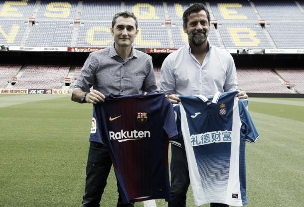 Ernesto Valverde (izquierda) y Quique Sánchez Flores (derecha) posando con sus respectivas camisetas en la tradicional foto de entrenadores previa al derby de Barcelona.   Foto: RCD Espanyol