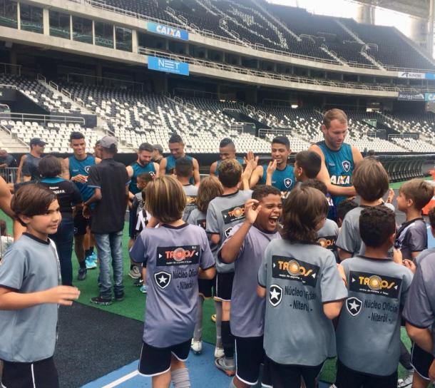 Jogadores alvinegros receberam a visita das crianças que fazem parte da Escolinha do Botafogo/Trops durante trabalho dessa manhã no Nilton Santos (Foto:Vitor Silva/SS Press/Botafogo)