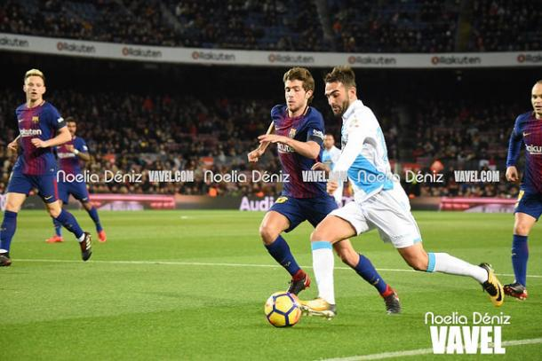 Sergi Roberto en un 1x1 durante el partido del Deportivo de la Coruña. Foto: Noelia Déniz, VAVEL.com
