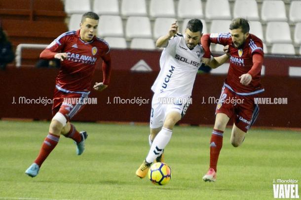 Dani Rodríguez disputa un balón | Foto: J.Mondéjar para VAVEL