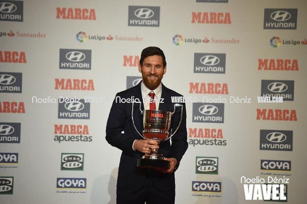 Leo Messi recogiendo el premio que le coronaba como mejor jugador de La Liga 2016/17   Foto: Noelia Déniz - VAVEL