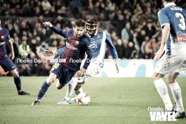 Leo Messi pugna con David López un balón en el último derbi del Camp Nou. FOTO: Noelia Déniz