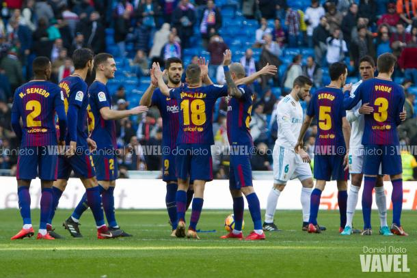 El conjunto azulgrana celebrando la victoria ante el Real Madrid en el Bernabéu   Foto: Daniel Nieto - VAVEL