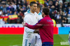 Saludo entre Messi y Cristiano. Fuente: Dani Nieto VAVEL