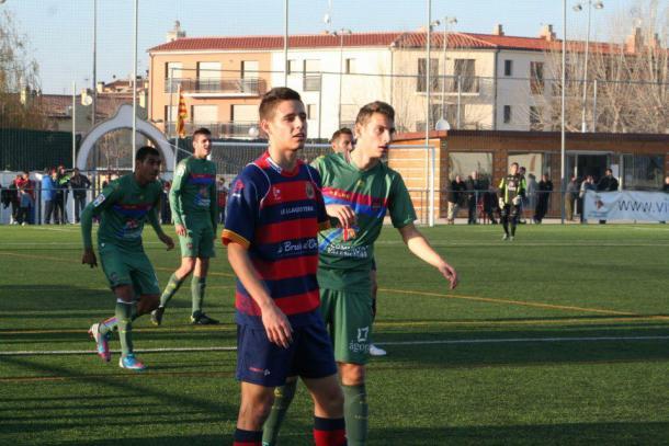 Álex Moreno esperando a que el balón se ponga en juego | Fotografía: Alex Moreno Lopera - Facebook
