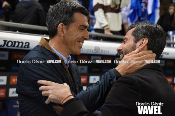 Quique saluda al técnico del Levante. Foto: Noelia Déniz.