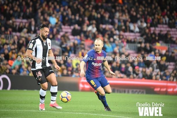 Iniesta durante su etapa en el Barça jugando contra el Levante. FOTO: Noelia Déniz