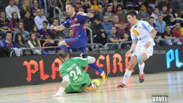 Rivillos intenta superar a Cristian | Foto: Ernesto Aradilla - VAVEL