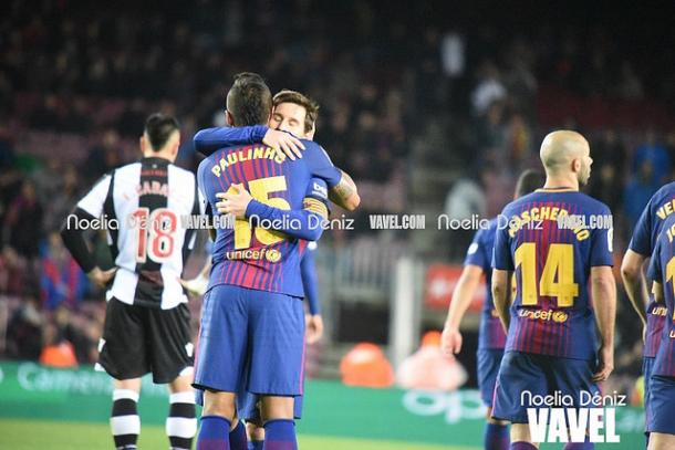Messi y Paulinho celebrando el séptimo gol del brasileño con el Barça   Foto: Noelia Déniz - VAVEL