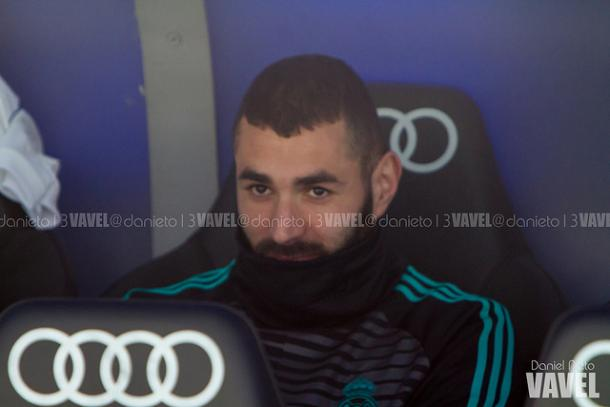 Benzema en el banquillo antes del encuentro. // Imagen: Dani Nieto (VAVEL)