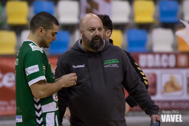 Lorenzo Ruiz dando indicaciones técnicas a uno de sus jugadores. | Foto: Borja Martínez García (VAVEL España)