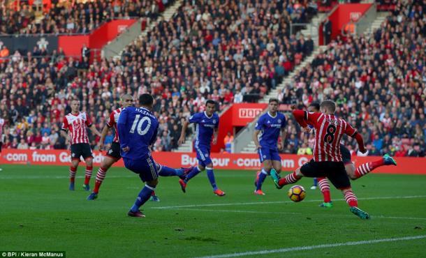 Hazard giustizia i Saints nella gara d'andata, terminata 0-2. | Fonte immagine: Daily Mail