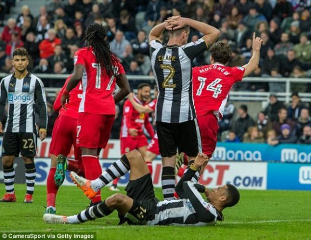 Mulgrew celebra el tanto ante los jugadores del Newcastle. Foto: Getty Imates
