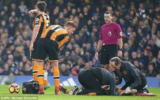 Los médicos de Hull atienden a Mason el en campo | Foto: BPI.
