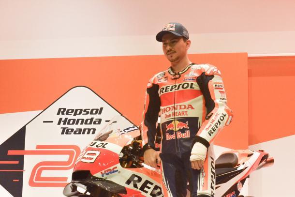 Lorenzo, junto a su nueva moto / Foto: María Viñas