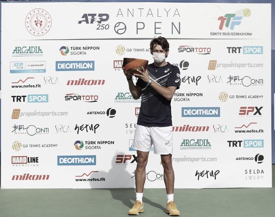 Alex de Miñaur, durante la ceremonia de premiación.  Foto: ATP TOUR