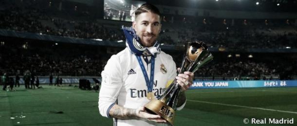 Sergio Ramos con el trofeo del Mundial de Clubes 2016 | Foto: Real Madrid