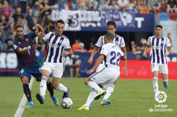 San Emeterio le quita el balón a un jugador del Levante   LaLiga
