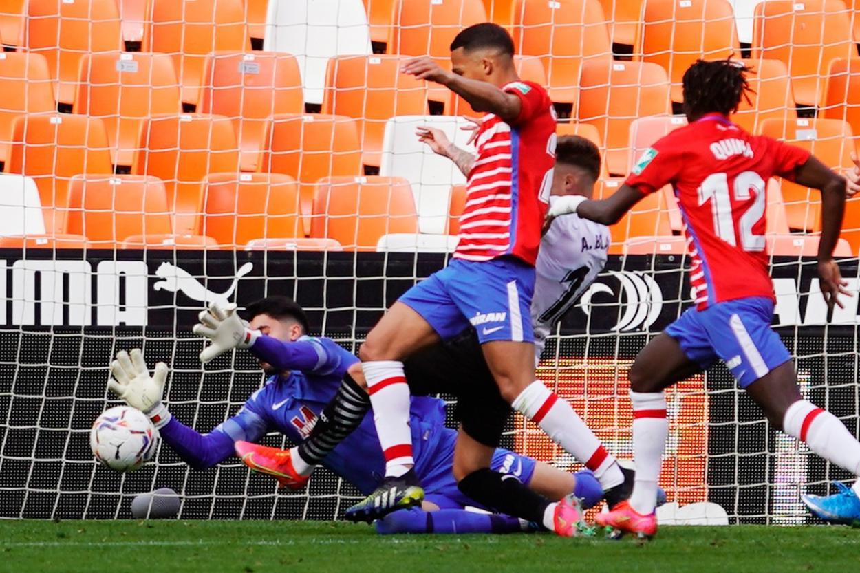 Yangel Herrera y Rui Silva salvan al Granada en la primera parte. Foto: Pepe Villoslada/GCF