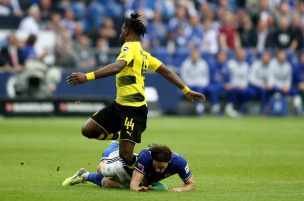 Momento da contusão do jogador na disputa com Stambouli (Foto: Christof Koepsel/Bongarts/Getty Images)
