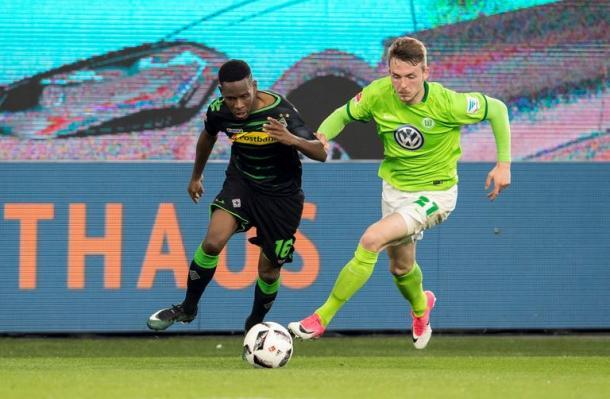 Ibrahima Traoré lotta con Arnold per un pallone. | Borussia, Twitter.