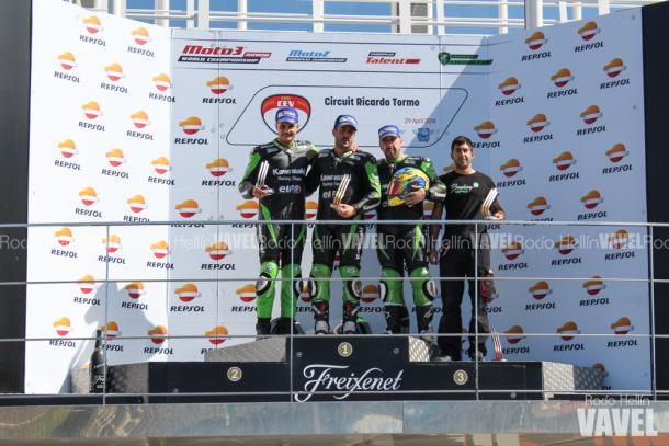 Los pilotos de la European Kawasaki Z Cup en el podio / Foto: Rocío Hellín VAVEL