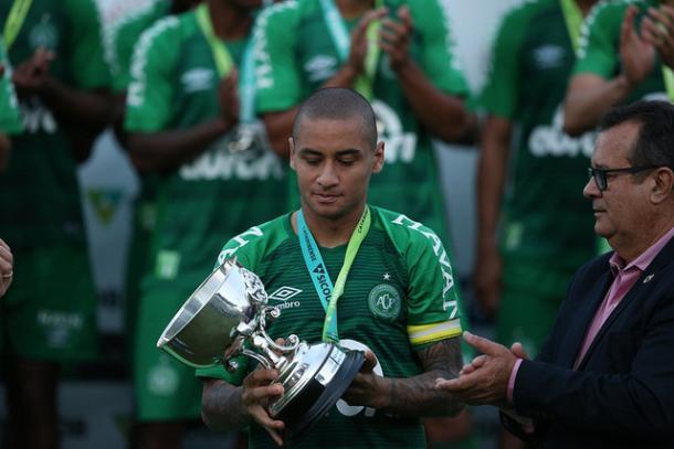 Wellington Paulista carregou o troféu de vice-campeão da Chape (Foto: Sirli Freitas/Chapecoense)