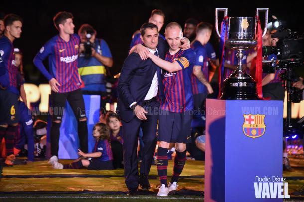 Andrés Iniesta y Ernesto Valverde en la celebración del doblete en el Camp Nou | Foto de Noelia Déniz, VAVEL