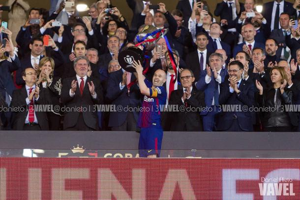 Andrés Iniesta levantando la Copa del Rey 2017/18. Foto: Daniel Nieto, VAVEL.com