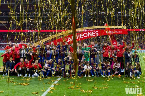 La plantilla del Barça con la Copa del Rey | Foto de Daniel Nieto, VAVEL