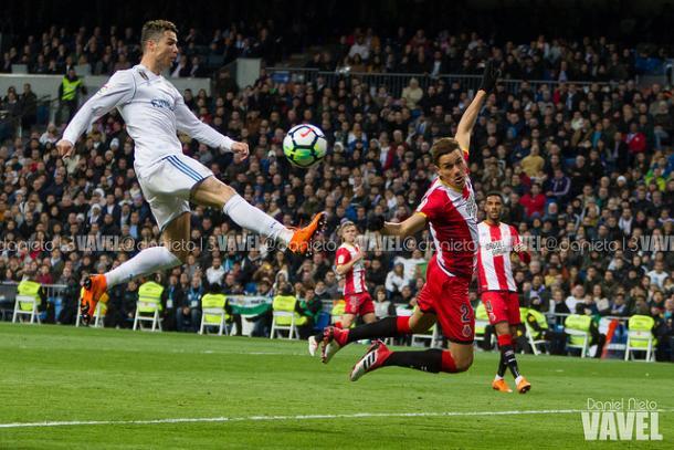 Ronaldo rematando un balón hacia la portería del Girona I Foto: Daniel Nieto (VAVEL)