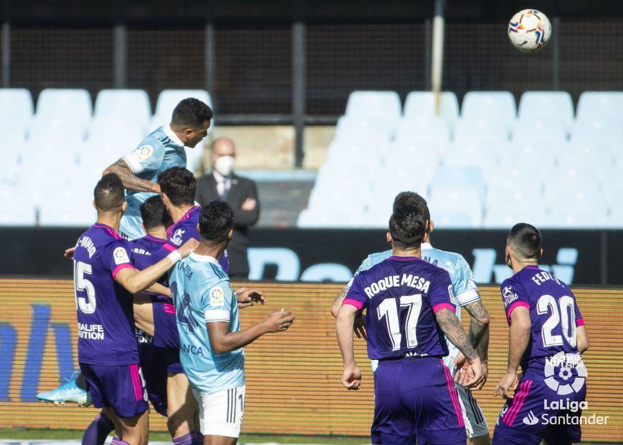 Murillo rematando un balón a gol. | Foto: La Liga.