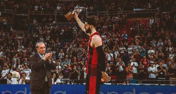 Shengelia recoge el trofeo como subcampeón de Liga Endesa. | Foto: Baskonia