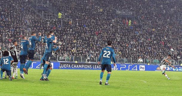 Dybala dispara y Marcelo permanece arrodillado tras la barrera I Foto: Real Madrid