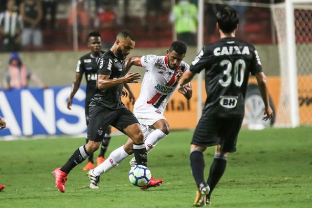 Samuel Xavier em disputa pela posse de bola na partida dessa quarta-feira (4) contra o Ferroviário (Foto: Divulgação/Clube Atlético Mineiro)
