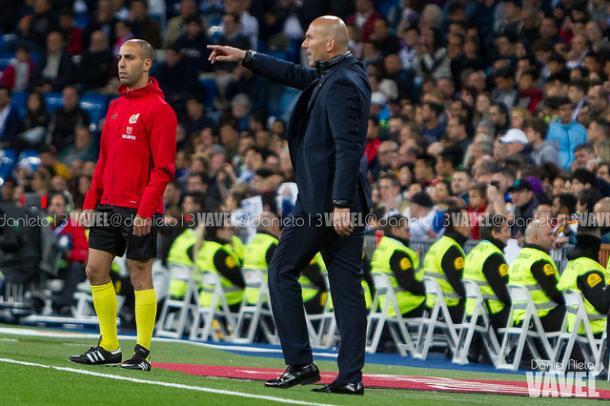 Zidane dando instrucciones durante un partido | Foto: Daniel Nieto (VAVEL)