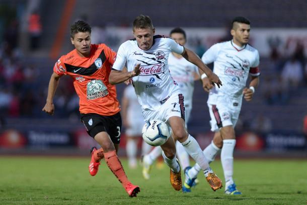 Carlos Galeana y Marco Iván Pérez durante el último encuentro de estos equipos | Foto: Info7