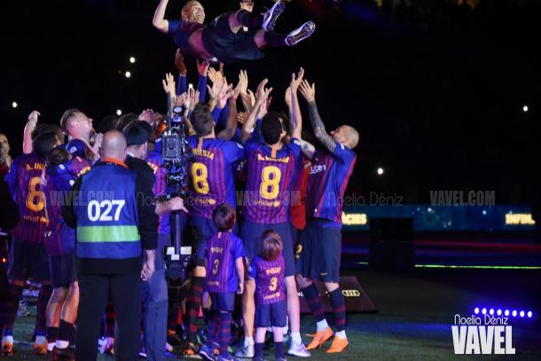 Andrés Iniesta, homenajeado por todos sus compañeros y el Camp Nou en su despedida | Foto de Noelia Déniz, VAVEL