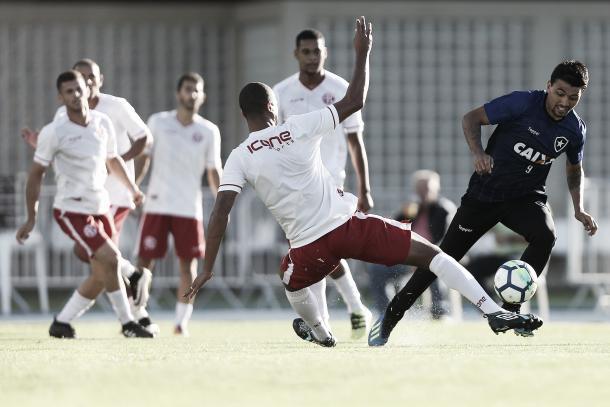Aguirre mostra serviço em jogo-treino contra o América-RJ. Foto: Vitor Silva/SSPress/Botafogo.