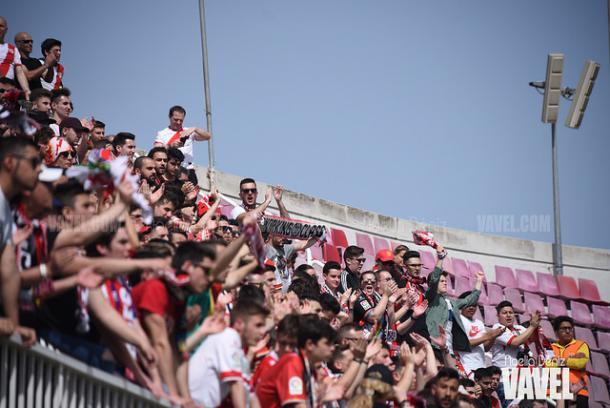 Aficionados del Rayo Vallecano animando a su equipo | Fotografía: Noelia Déniz