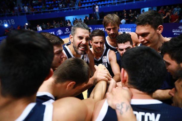 La arenga del capitán Scola luego de un triunfo vital. | Foto: FIBA