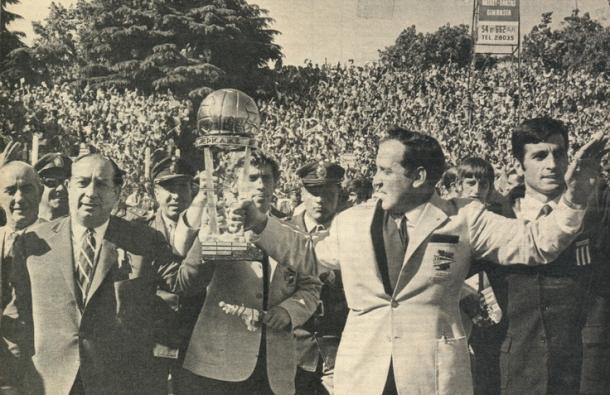 El trofeo en las manos de un plantel histórico