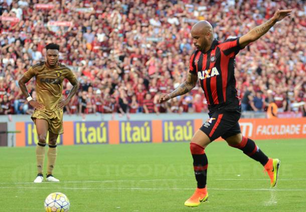 De pênalti, Thiago Heleno marcou o segundo gol atleticano (Foto: Marco Oliveira/Atlético-PR)