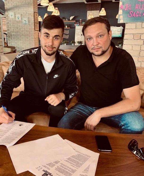 Ihsan Efe Calis y su agente firman el nuevo contrato del jugador otomano | Fuente: @fabricamadrid (Instagram)