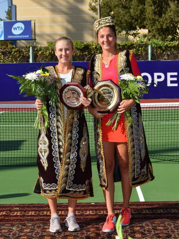 Both finalists pose alongside their respective trophies | Photo: Tashkent Open