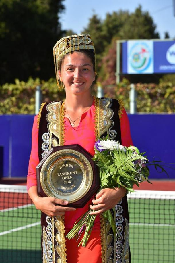 Margarita Gasparyan proudly poses alongside her trophy | Photo: Tashkent Open