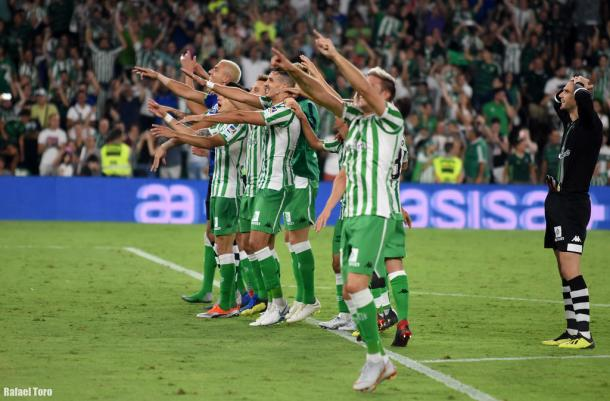 Jugadores del Betis celebrando la victoria frente al Sevilla   Fotografía: Rafael Toro (Onda Bética)