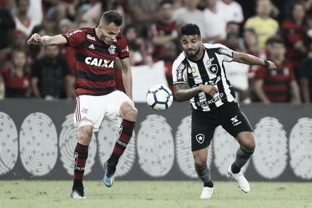 Aguirre em disputa de bola no clássico. Foto: Vitor Silva/ SSPress/ Botafogo